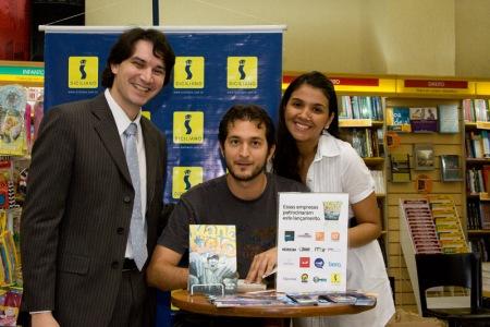 Este à esquerda da foto é o professor Leonardo, um dos que me ajudou a divulgar o livro entre os universitários.