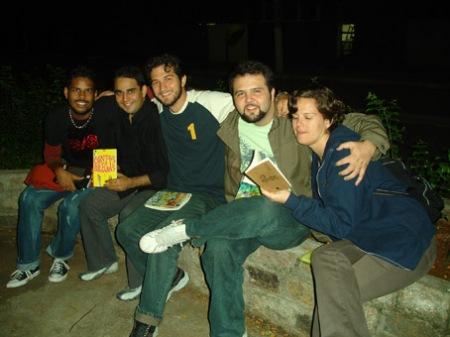 Patrício, Thiago, eu e Minchoni, ao lado da grande Pilar, a revisora.