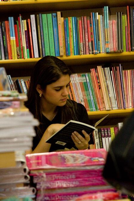 Nicolle Barbalho compenetrada na leitura
